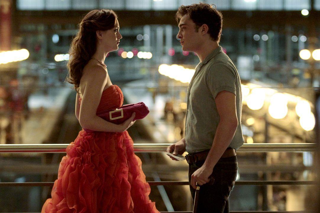 Blair (Leighton Meester, l.) trifft zufällig in Paris auf Chuck (Ed Westwick, r.), überspielt aber ihre Verwirrung, denn schließlich will sie sich i... - Bildquelle: Warner Brothers