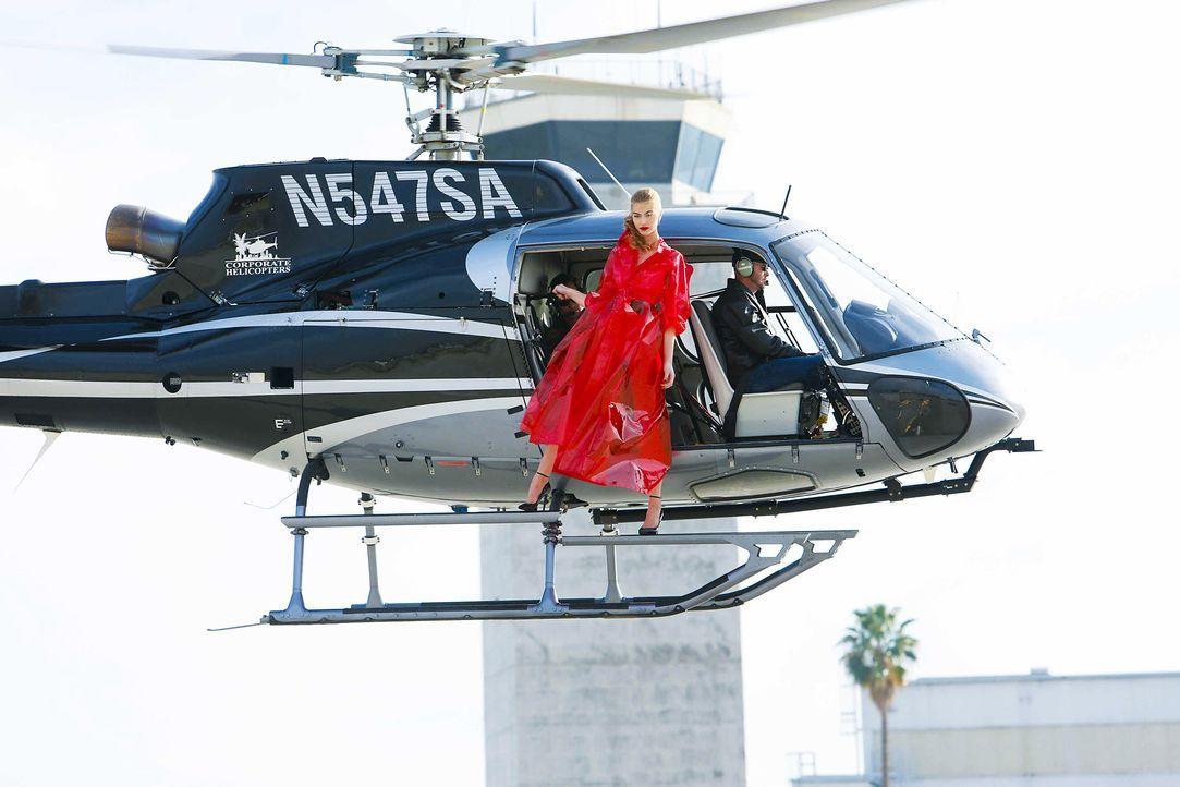 GNTM-Stf10-Epi06-Helikopter-Shooting-94-Jovana-ProSieben-Richard-Huebner - Bildquelle: ProSieben/Richard Huebner