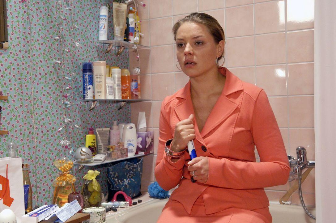 Katjas (Karolina Lodyga) böse Vorahnung wird durch einen Schwangerschaftstest bestätigt ... - Bildquelle: Sat.1