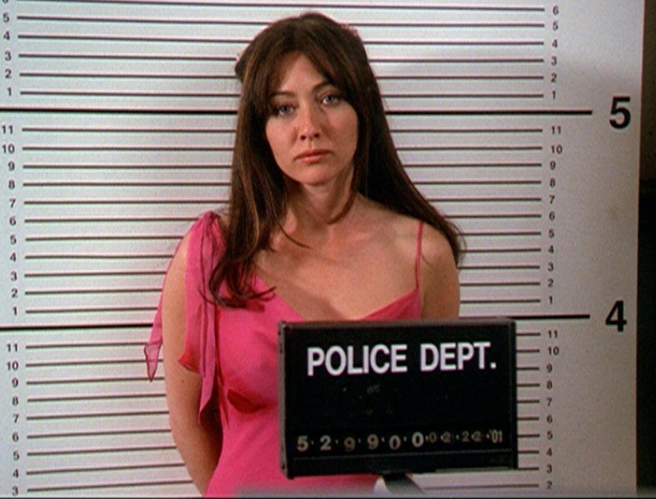 Prue (Shannon Doherty) wird in Gewahrsam genommen ... - Bildquelle: Paramount Pictures