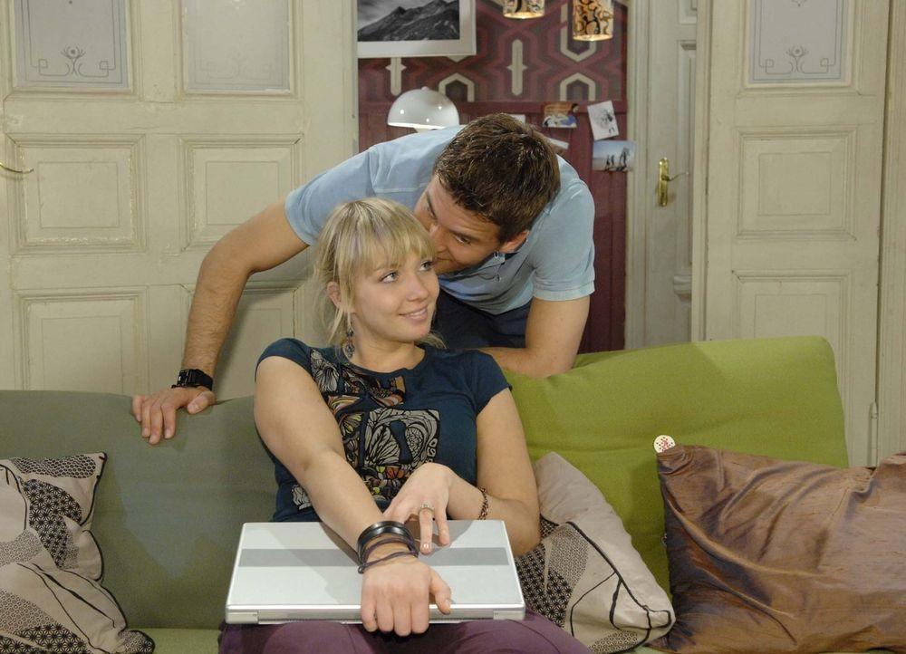 Lars (Alexander Klaws, r.) und Lily (Jil Funke, l.) fällt es schwer, ihre Geheimnisse voreinander zu verbergen ... - Bildquelle: Sat.1