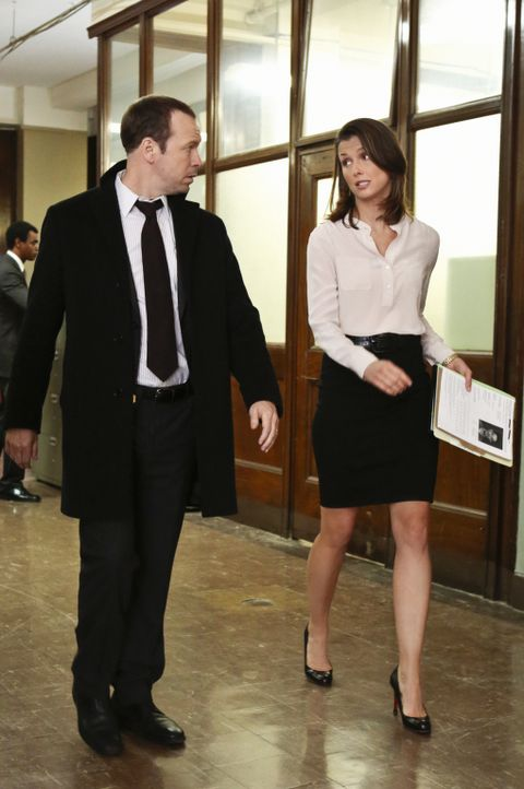 Haben die Fälle der Geschwister miteinander zu tun? Erin (Bridget Moynahan, r.) und Danny (Donnie Wahlberg, l.) tauschen sich aus ... - Bildquelle: Giovanni Rufino 2012 CBS Broadcasting Inc. All Rights Reserved.