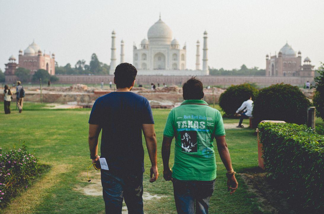 Bill Weir (l.) reist nach Agra im indischen Bundesstaat Uttar Pradesh, dem Schauplatz eines der berümtesten Bauwerke der Welt: das Taj Mahal. Doch a... - Bildquelle: Bill Weir 2014 Cable News Network. A Time Warner Company. All Rights Reserved.