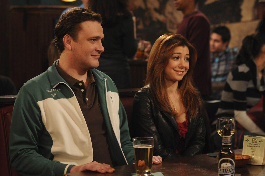 Lily (Alyson Hannigan, r.) lässt schon seit Jahren ihren Freund aus Collegezeiten, Scooter, an der Angel zappeln. Als Marshall (Jason Segel, l.) da... - Bildquelle: 20th Century Fox International Television