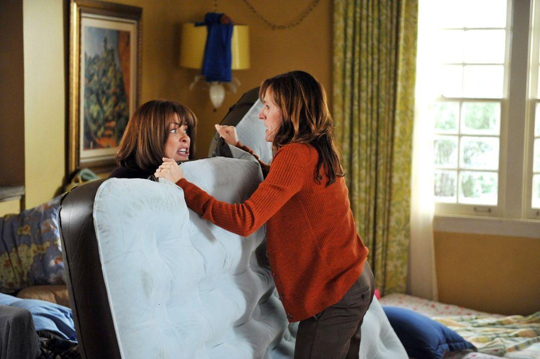 Frankies (Patricia Heaton, l.) und Janets (Molly Shannon, r.) Diskussion über Kindererziehung artet in einer handfesten Rangelei aus, als die Geschw... - Bildquelle: Warner Brothers
