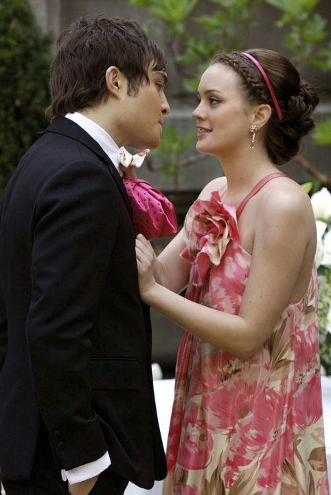 Chuck (Ed Westwick, l.) überzeugt Blair (Leighton Meester, r.), mit ihm über den Sommer nach Europa zu fliegen. Er gesteht ihr sogar seine Liebe ... - Bildquelle: Warner Bros. Television