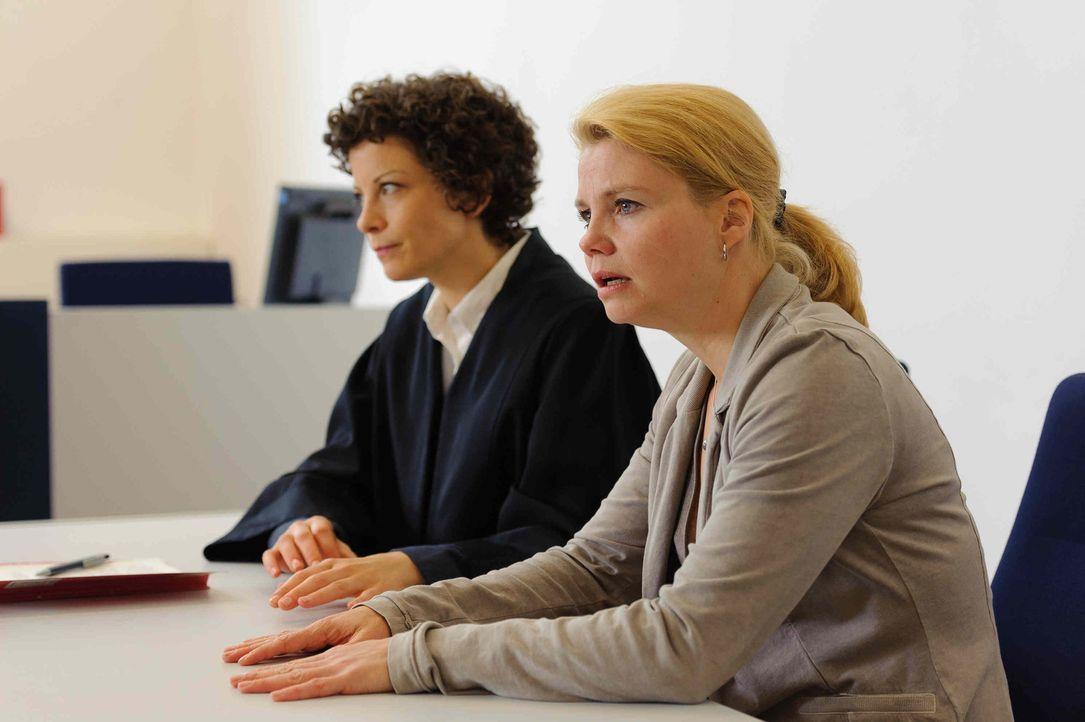 Seit einer dubiosen E-Mail findet Katja (Anette Frier, r.) auch beim Scheidungstermin keine Unterstützung durch ihre Freundin und Anwältin Barbara... - Bildquelle: Willi Weber SAT.1