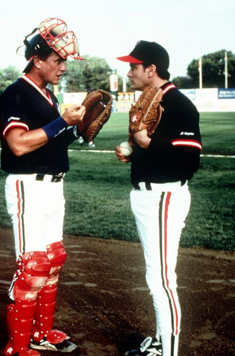 Der Stern der ?Indians?-Baseballmannschaft ist am Sinken: Rick Vaughn (Charlie Sheen, r.) hat Probleme mit der Fitness, Werfer Taylor (Tom Berenger,... - Bildquelle: Warner Bros.