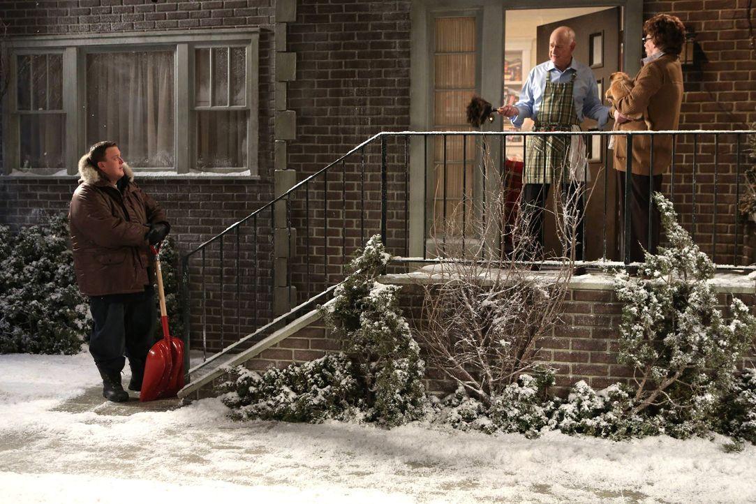 Während Molly im Kaufrausch ist, besucht Mike (Billy Gardell, l.), seine Mutter Peggy (Rondi Reed, r.) und ihren Freund Capt. Patrick Murphy (Geral... - Bildquelle: Warner Brothers