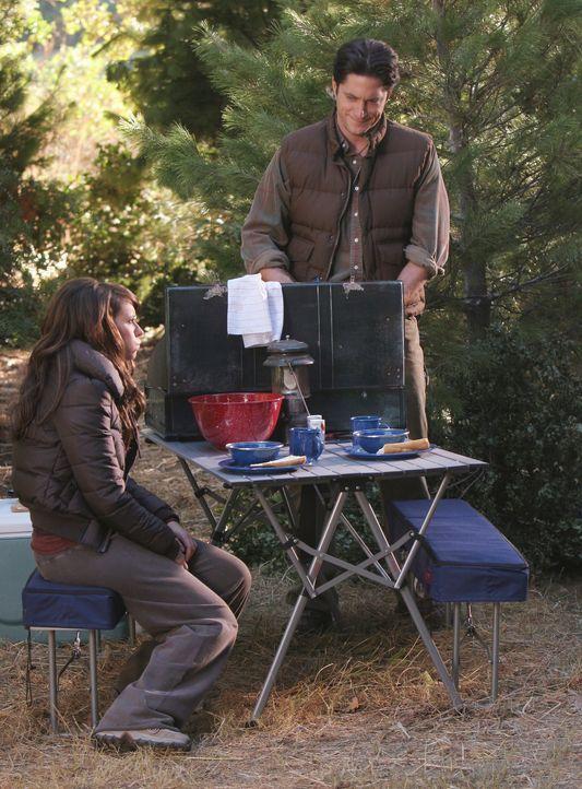 Jim (David Conrad, r.) hat Melinda (Jennifer Love Hewitt, l.) überredet mit ihm an ein einsames Plätzchen zu fahren, um dort gemeinsam zu campen. - Bildquelle: ABC Studios