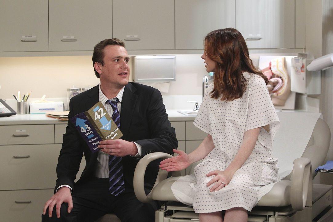 Da Lily (Alyson Hannigan, r.) nach einigen Monaten immer noch nicht Schwanger ist, entscheiden sie sich mit Marshall (Jason Segel, l.) zu einem Spez... - Bildquelle: 20th Century Fox International Television