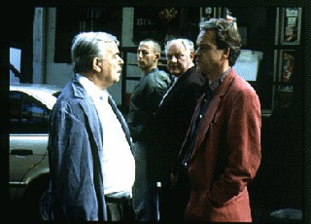 Kommissar Wolff (Jürgen Heinrich, r.) und Kommissar Sawatzki (Klaus Pönitz, 2.v.r.) überprüfen das Alibi von 'Siggi' (Johannes Hitzblech,2.v.l.), -... - Bildquelle: Alfred Raschke Sat.1