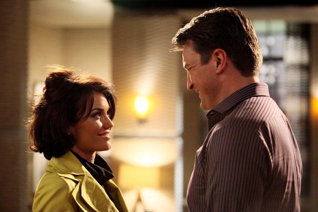 Castle (Nathan Fillion, r.) lässt sich bei diesem Fall auf eine romantische Beziehung mit der Schauspielerin Ellie Monroe (Kelly Carlson, l.) ein. - Bildquelle: ABC Studios
