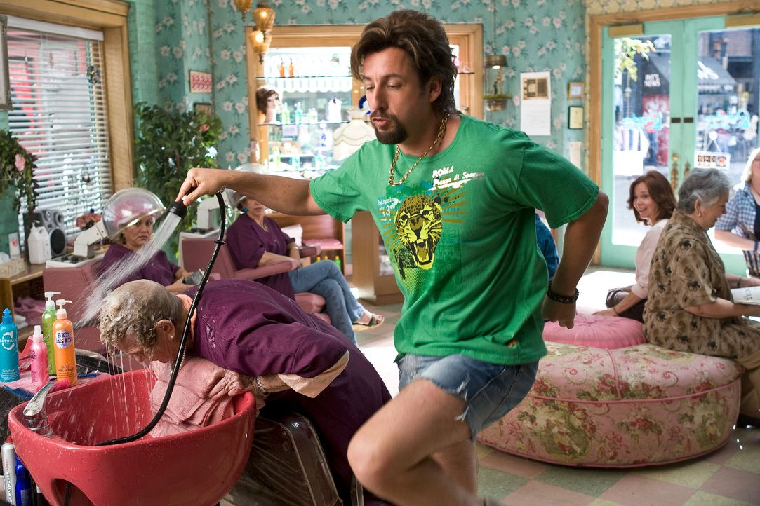 "Der israelische Eliteagent Zohan Dvir (Adam Sandler) hat genug vom Töten. Seine wahre Berufung sieht der ""Rembrandt der Handgranaten"" nämlich ganz... - Bildquelle: Tracy Bennett 2008 Columbia Pictures Industries, Inc. and Beverly Blvd LLC. All Rights Reserved."