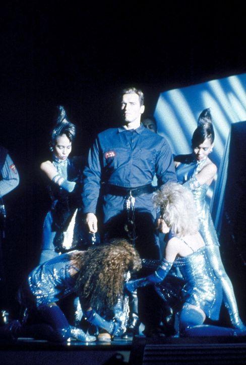 Vor Millionen von Zuschauern soll Ben (Arnold Schwarzenegger, M.) live zu Tode gehetzt werden ... - Bildquelle: Home Box Office