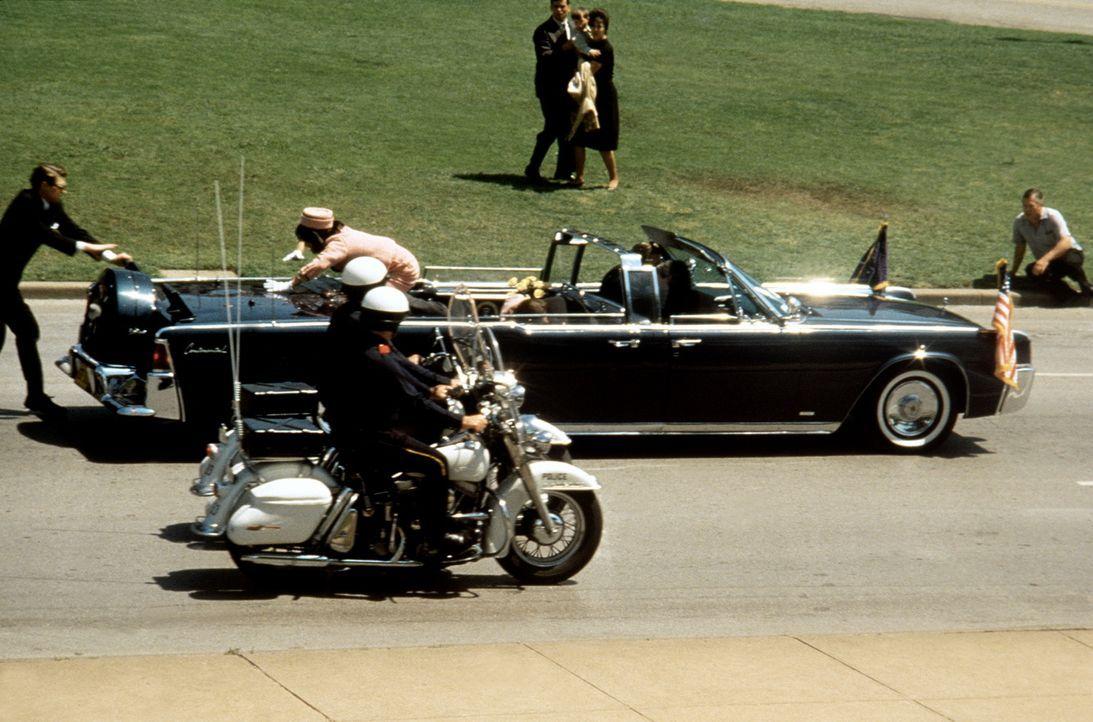 """Am 22. November 1963 """"verlieren die Vereinigten Staaten von Amerika ihre Unschuld"""", als Präsident John F. Kennedy bei seinem schicksalhaften Besuch... - Bildquelle: Warner Bros."""