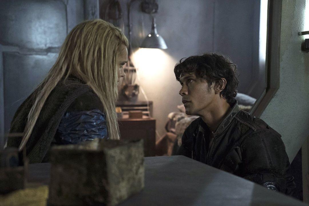 All die Hoffnungen von Clarke (Eliza Taylor, l.) auf Frieden werden durch die Handlungen von Bellamy (Bob Morley, r.) und dem neuen Führungsteam im... - Bildquelle: 2014 Warner Brothers