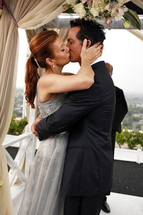 Naomi kehrt zurück, um Addison (Kate Walsh, l.) an ihrem Hochzeitstag mit Jake (Benjamin Bratt, r.) zur Seite zu stehen, während Cooper Probleme a... - Bildquelle: ABC Studios