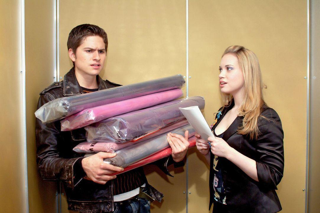Kim (Lara-Isabelle Rentinck, r.) will Timo (Matthias Dietrich, l.) mit einem Gedicht seines Vaters überraschen. Der bekommt das in den völlig fals... - Bildquelle: Sat.1