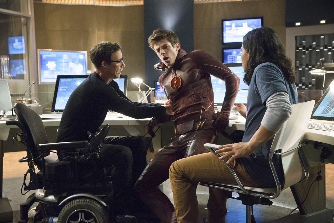 Ein neuer Schurke treibt in der Stadt sein Unwesen. Barry (Grant Gustin, M.) wird bei der Bekämpfung schwer verletzt. Können Wells (Tom Cavanagh, l.... - Bildquelle: Warner Brothers.
