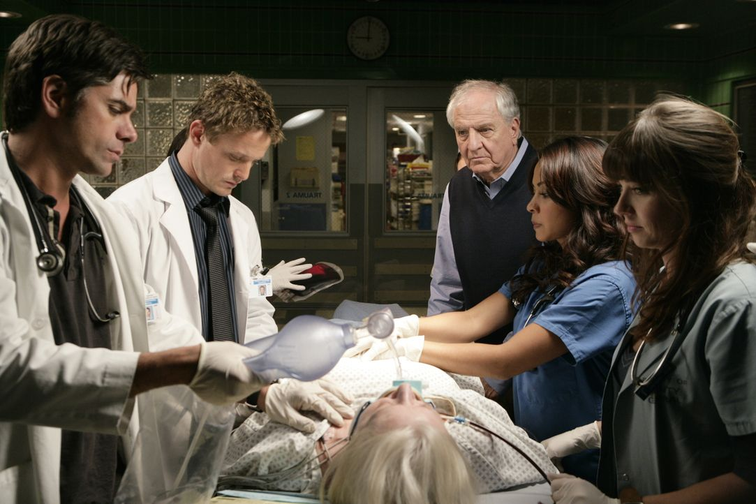 Harry (Garry Marshall, 3.v.r.) ist besorgt um seine Frau Barbara (Debra Mooney, liegend). Doch Neela (Parminder Nagra, 2.v.r.), Simon (David Lyons,... - Bildquelle: Warner Bros. Television