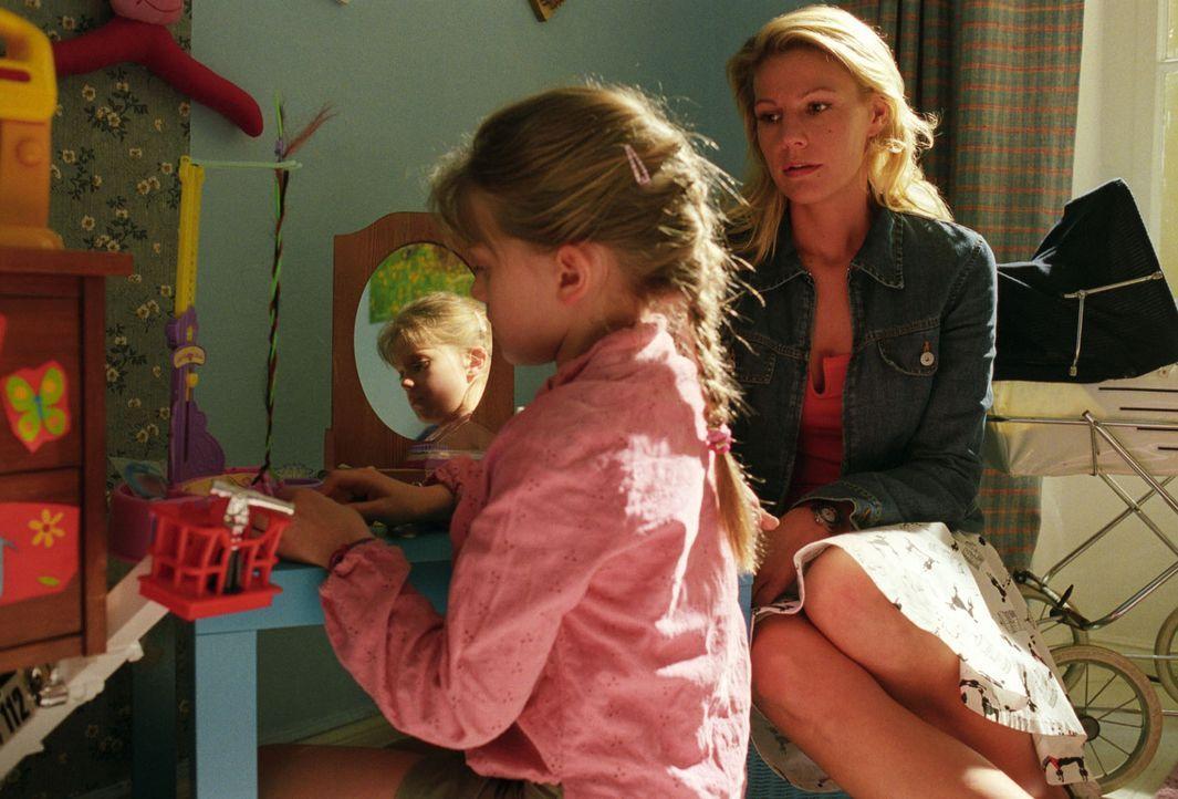 """Anna (Sophie Karbjinski, l.) ist mit ihrer Mutter (Sophie Schütt, r.) böse, da Sophie sich gegen den """"Beauty Doll-Wettbewerb"""" der Schule gewehrt hat... - Bildquelle: Noreen Flynn Sat.1"""