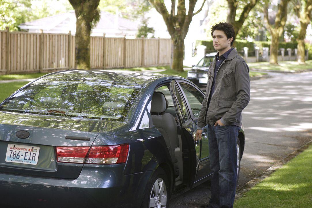 Kyle (Matt Dallas) geht mit seinen angeblich leiblichen Eltern mit - doch er ist misstrauisch und stellt weitere Nachforschungen an ... - Bildquelle: TOUCHSTONE TELEVISION