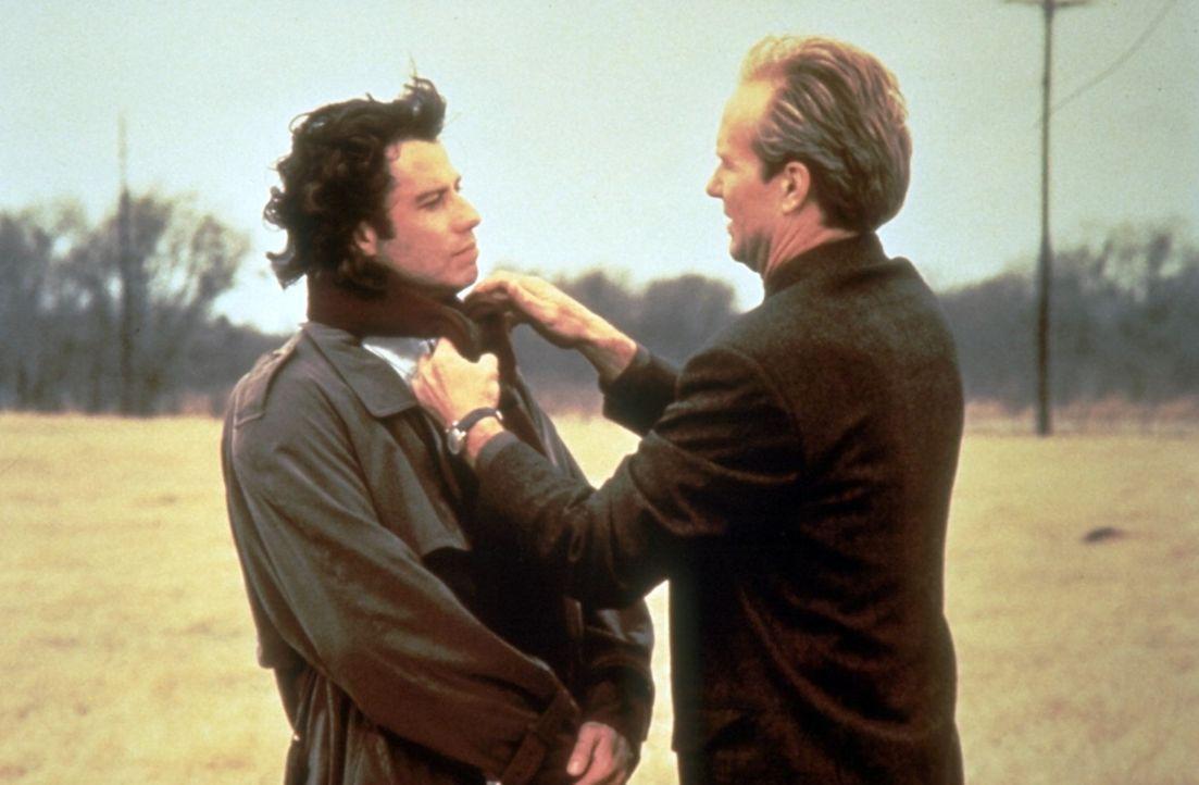 Bereitwillig lässt sich Michael (John Travolta, l.) von Frank (William Hurt, r.) und seinen Kollegen überreden, ihnen nach Chicago zu folgen. - Bildquelle: Warner Brothers
