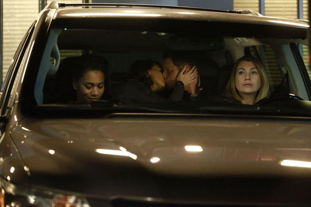 Während sich Maggie (Kelly McCreary, l.) um Meredith (Ellen Pompeo, r.), kümmert, finden Alex (Justin Chambers, 2.v.r.) und Jo (Camilla Luddington,... - Bildquelle: Michael Hassan ABC Studios