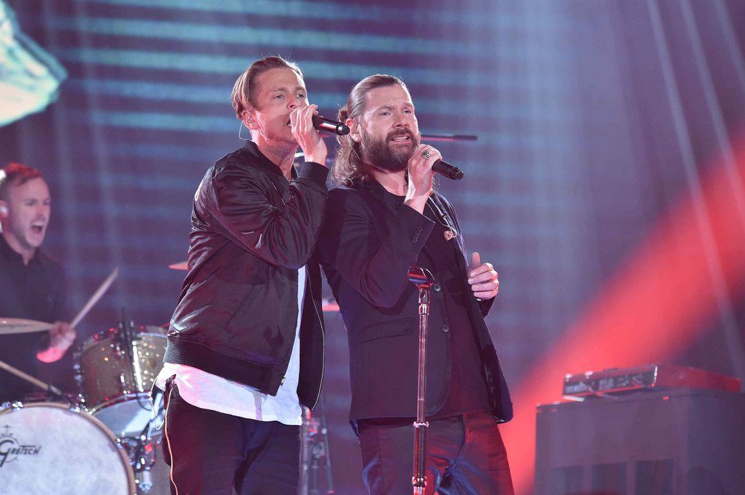 Rea Garvey (r.) performt zusammen mit Leadsänger Ryan Tedder (l.) und dessen Band OneRepublic einen Song, der das Leben der Band geprägt hat ... - Bildquelle: Andre Kowalski ProSieben