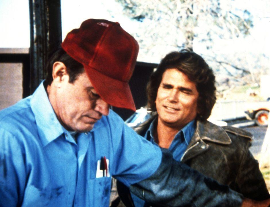Jonathan (Michael Landon, r.) freundet sich mit Earl (John Lawlor, l.) an, einem Tankstellenbesitzer, bei dem er einen Auftrag zu erfüllen hat. - Bildquelle: Worldvision Enterprises, Inc.