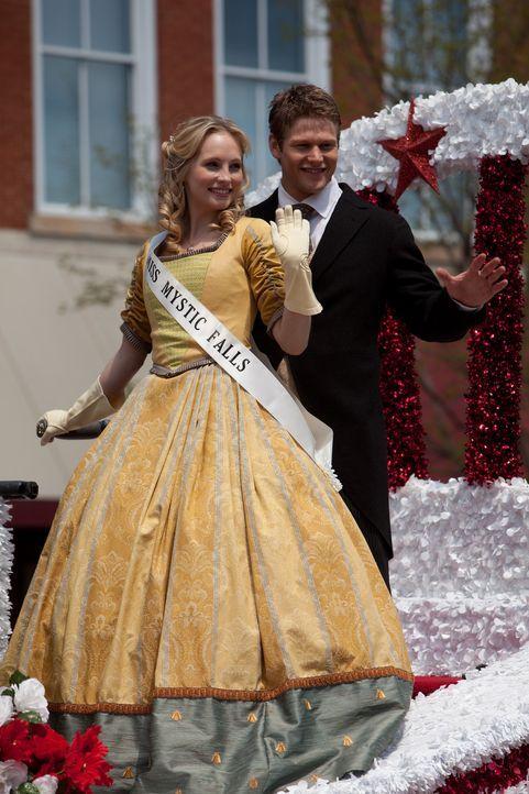 Ganz vorne dabei: Miss Mystic Falls Caroline (Candice Accola, l.) und Matt (Zach Roerig, r.) ... - Bildquelle: Warner Bros. Television