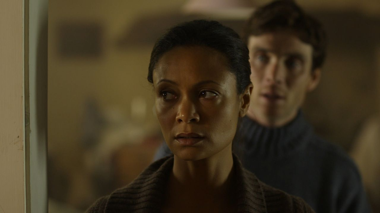 Kate (Thandie Newton, l.) und ihr Mann Martin (Cillian Murphy, r.) ahnen noch nicht, dass ihr ungebetener Gast die weitaus größere Trumpfkarte in de... - Bildquelle: 2011 Sony Pictures Television Inc. All Rights Reserved.