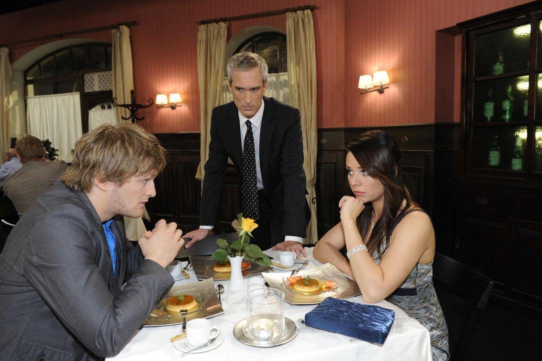 Nach und nach gerät das gemeinsame Essen zu einem Desaster: (v.l.n.r.) Julian (Bo Hansen), Theodor Freund (Ingo Brosch) und Paloma (Maja Maneiro) ... - Bildquelle: SAT.1