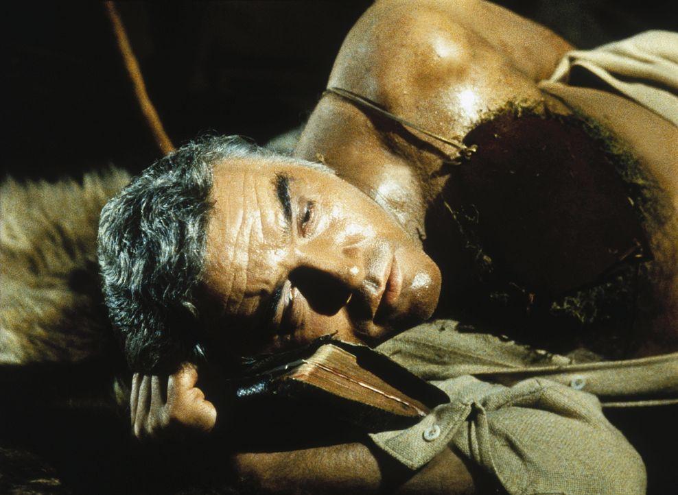 Ben Cartwright (Lorne Greene) ist von dem Indianer Lagos schwer verletzt worden. - Bildquelle: Paramount Pictures