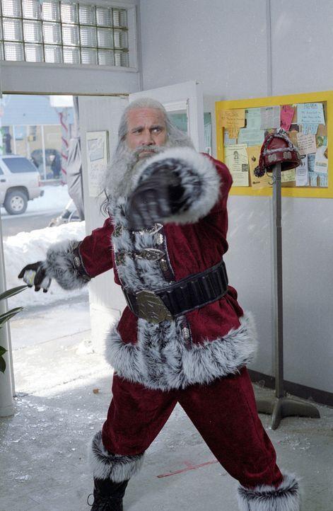 Santa (Bill Goldberg) musste aufgrund einer Wette 1000 Jahre lang Gutes tun. Doch nun zeigt er sein wahres, dämonisches Gesicht: Er will Rache! Ein... - Bildquelle: E.M.S. New Media AG