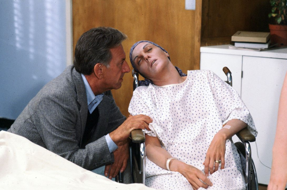 Quincy (Jack Klugman, l.) betreut in Vertretung des Psychiaters Dr. Pendleton dessen unheilbar an Krebs erkrankte Patientin Kay Silver (Tyne Daly, r... - Bildquelle: Universal Pictures