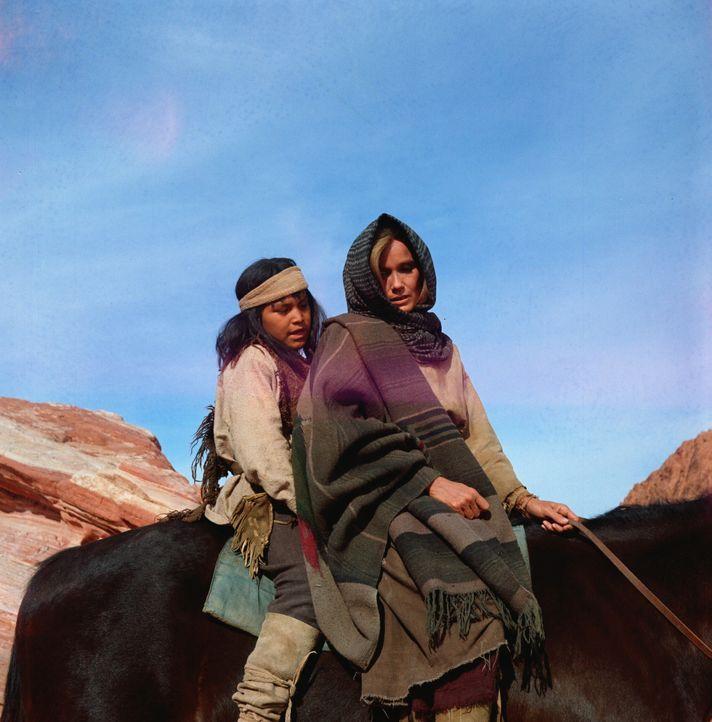 Als einige Apachen - darunter die Weiße Sarah Carver (Eva Marie Saint, r.) und ihr Sohn (Noland Clay, l.) einem Halbblut - aus dem Reservat fliehen...