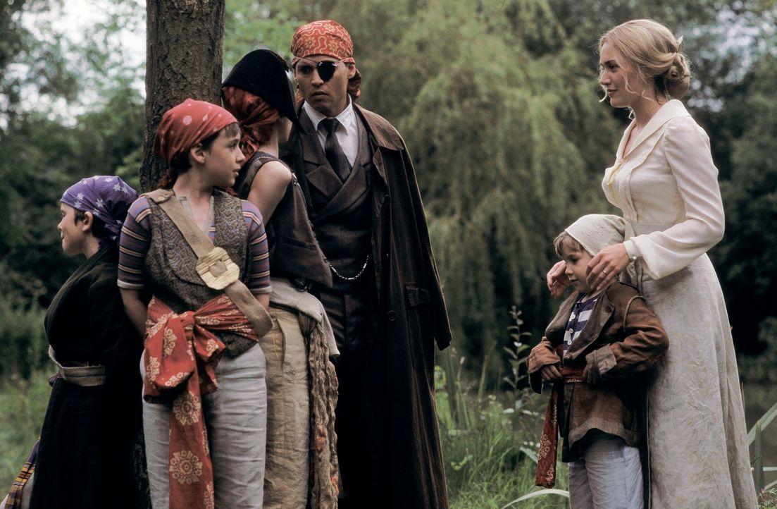 Nach seiner misslungenen Uraufführung braucht Theaterautor James M. Barrie (Johnny Depp, 3.v.l.) dringend Inspiration. Diese findet er eines Tages i... - Bildquelle: Miramax Films. All rights reserved
