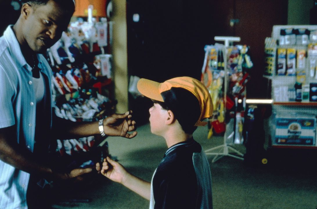 Eines Tages vergeht dem Tankstellerbesitzer Michael (Jamie Foxx, l.) das Lachen ... - Bildquelle: Sony Pictures Television International