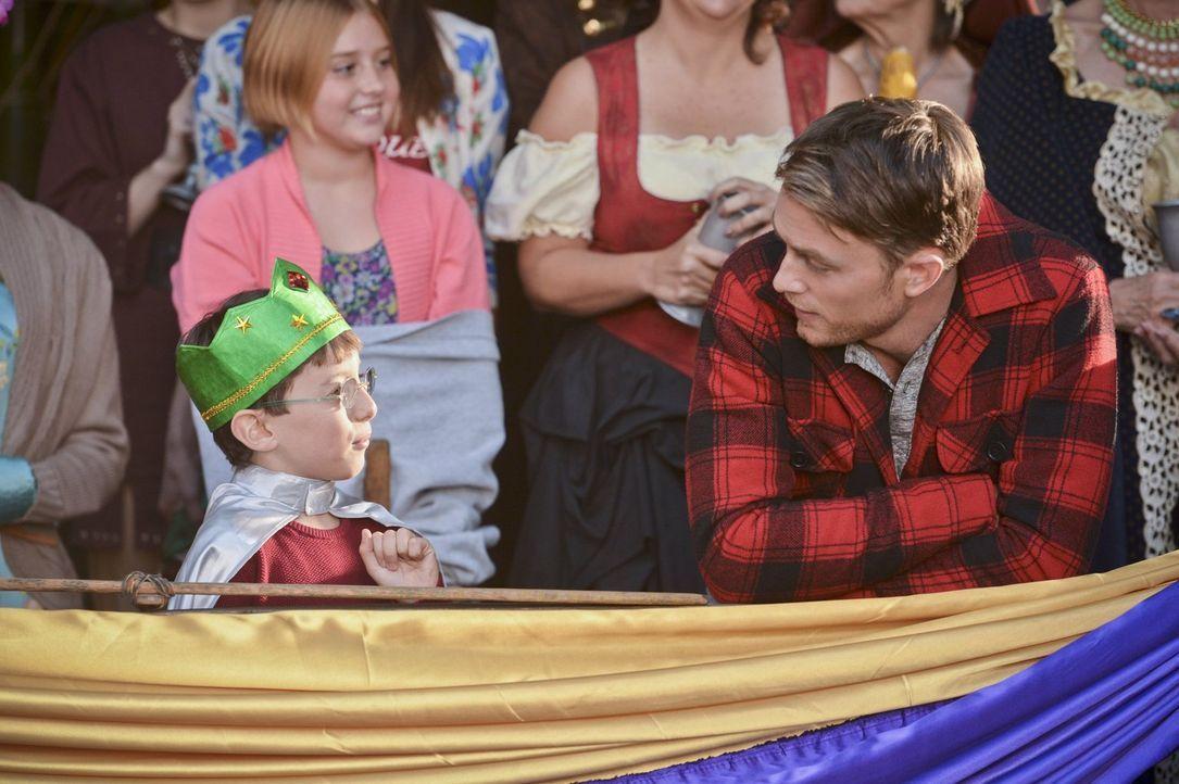 Der Jahrestag mit Vivian steht Wade (Wilson Bethel, r.) bevor, und ihr Sohn Harley (Cole Sand, l.) hat dafür ganz eigene Pläne ... - Bildquelle: Warner Brothers