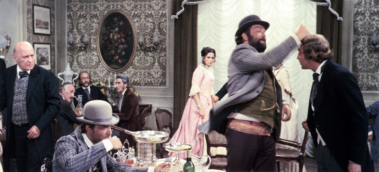 Der 'Kleine ' (Bud Spencer, r.) hat offensichtlich ein kleines Problem mit dem Butler. Seinen Bruder, den 'müden Joe' (Terence Hill, 2.v.l.), schei... - Bildquelle: AVCO Embassy Pictures
