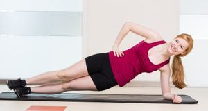 Übungen wie diese sind besonders für die seitlichen Bauchmuskeln gut, denn di...