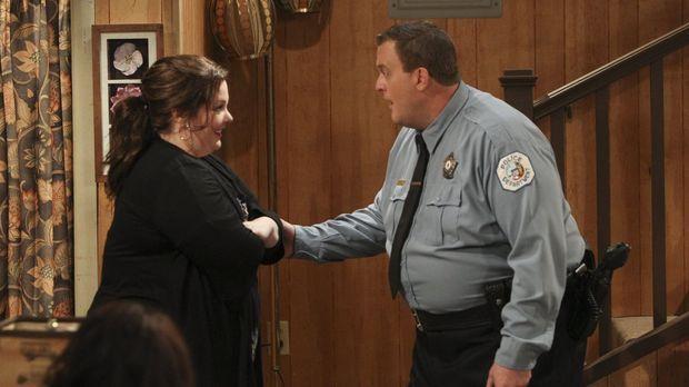 Während Mike (Billy Gardell, r.) Molly (Melissa McCarthy, l.) von seiner Inve...