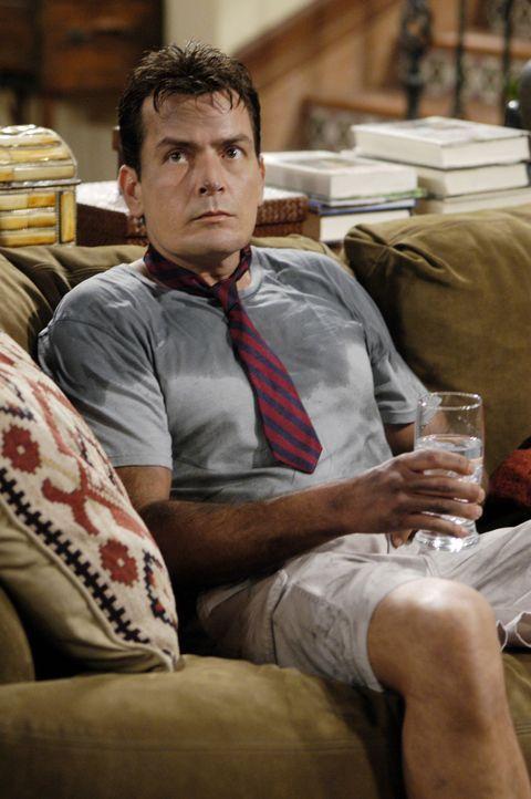 Charlie (Charlie Sheen) soll dafür sorgen, dass Jake, wenn er von seiner Mutter abgeholt wird, sauber angezogen ist. Doch dies scheint nicht so lei... - Bildquelle: Warner Brothers Entertainment Inc.