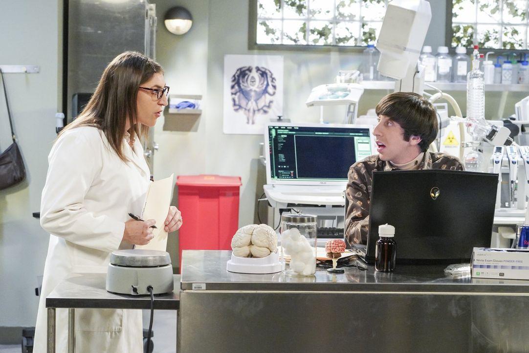 Während Bernadette daheim sehnsüchtig darauf wartet, dass endlich die Wehen einsetzen, wollen Amy (Mayim Bialik, l.) und Howard (Simon Helberg, r.)... - Bildquelle: Warner Bros. Television