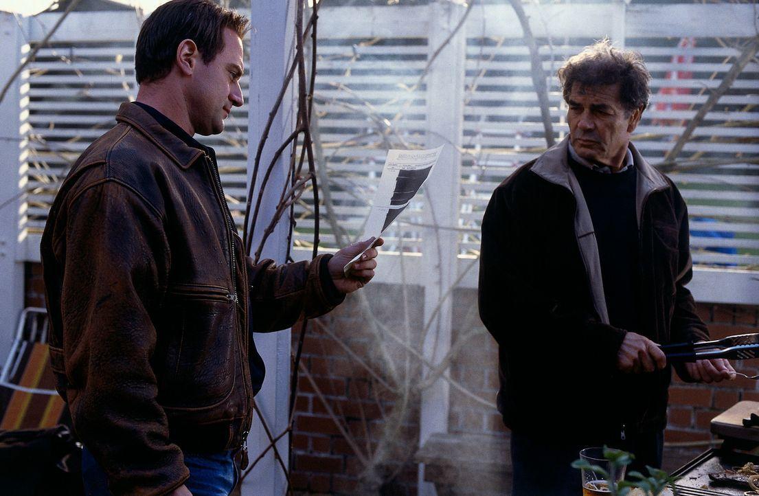 Wollen die Wahrheit über den Mord an einem jungen Mädchen, der 25 Jahre zurückliegt enthüllen: Steve Carroll (Robert Forster, r.) und Mark Fuhrm... - Bildquelle: Sony Pictures Television International. All Rights Reserved.