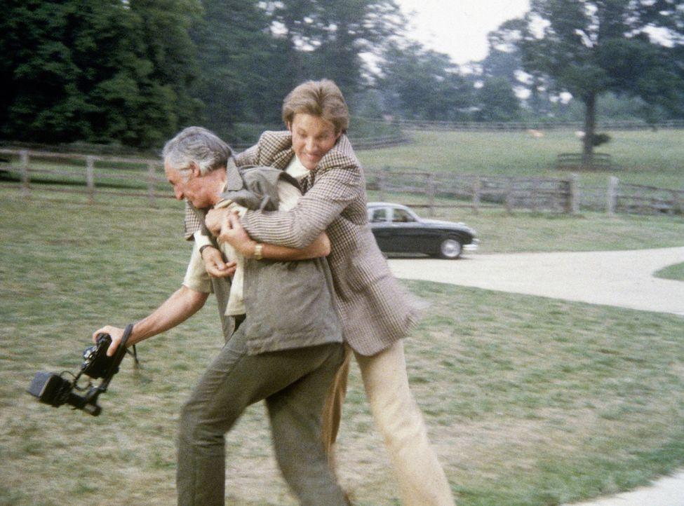 Lee (Bruce Boxleitner, r.) überwältigt den sensationsgierigen Pressefotografen Compson (Jeremy Young). - Bildquelle: CBS Television