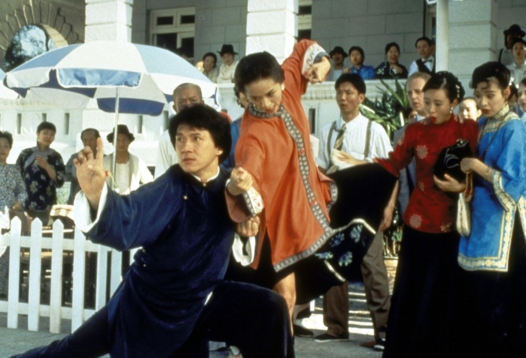 Auch die feine Gesellschaft der Post-Mandschu-Ära hat größten Respekt vor Wong Fei-Hongs (Jackie Chan, vorne l.) Kampfeskünsten ... - Bildquelle: Miramax Films