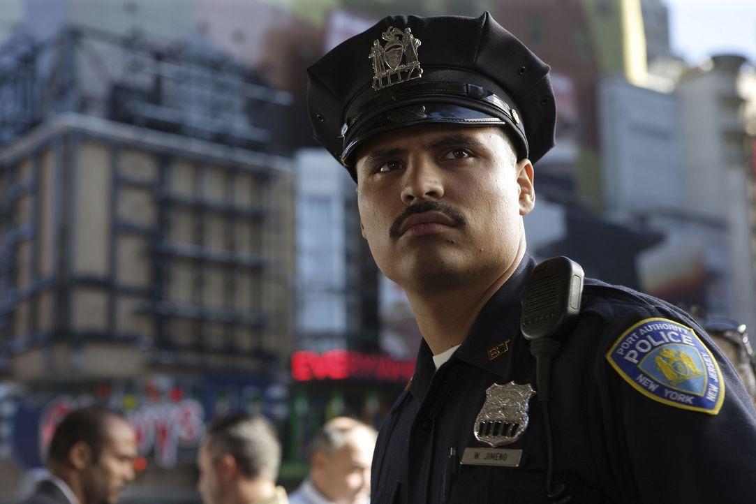 Ahnt noch nicht, dass er selbst bald unter den Trümmern des World Trade Centers liegen wird: Will Jimeno (Michael Pena) ... - Bildquelle: TM &   Paramount Pictures. All Rights Reserved.